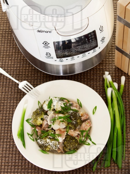 Пилешки хапки от бут с броколи, гъби печурки, арпаджик и заквасена сметана в Делимано Мултикукър - снимка на рецептата